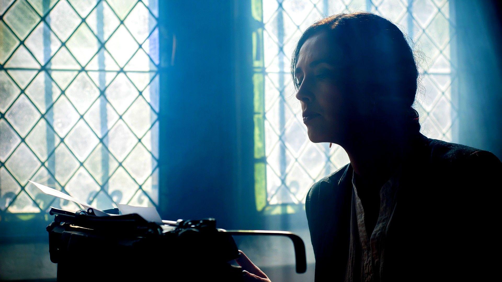 Photo d'une écrivaine avec une machine à écrire